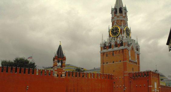 KREMLIN: Em 1156, Yuri Dolgoruky, fundador de Moscou, ordena a construção de uma paliçada, do russo bor, (pinheiro). 1339 são construídas paredes e as primeiras torres. 1367 reconstrução em pedra calcária (seria a 'cidade branca'). Durante Ivan III (o Grande), 1495, são construídos os muros, torres atuais, muitas igrejas e palácios. No século XVII as torres foram ornamentadas com as cúpulas actuais