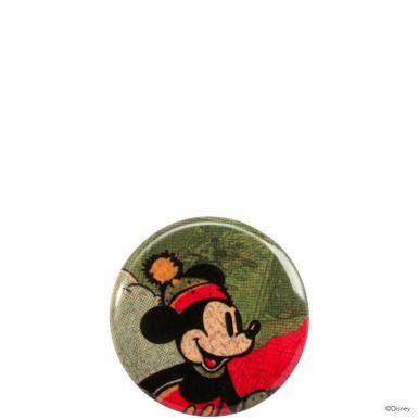 Applaus für die Maus: Die erste Disney-Kollektion von Butlers feiert Premiere und die berühmte Mickey Mouse steht höchstpersönlich im Rampenlicht. Ob auf Geschirr oder Küchenutensilien, ob auf Wohnaccessoires oder Postkarte, ob im Vintage-Stil oder ganz modern - überall kommt der vergnügte Comic-Star ganz groß raus. Da wünschen wir Ihnen viel Spaß und Maus-mäßig gute Unterhaltung! Hier: Origineller Button mit Anstecknadel. Aus bedrucktem Weißblech. In weiteren Varianten erhältlich.