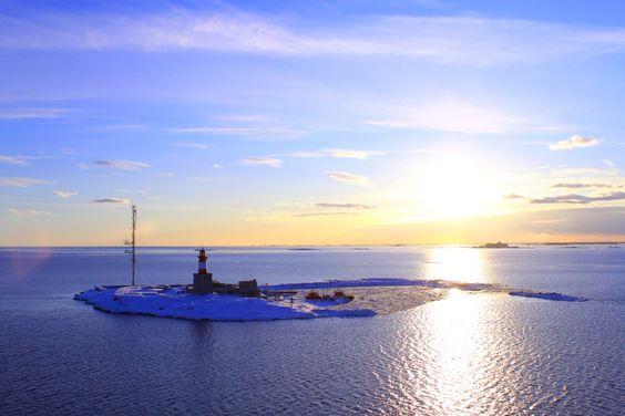 Mit der Fähre ging es von Helsinki nach Stockholm und dabei bot sich mir ein wunderbarer Sonnenuntergang, der diesen Leuchtturm auf einer kleinen Insel perfekt in Szene setzte. Der Urlaub ist vorbei, aber meine Bilder bleiben =)  Hoffe es gefällt