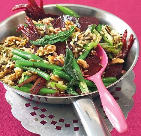 Reispfanne mit roter Bete und Walnüssen
