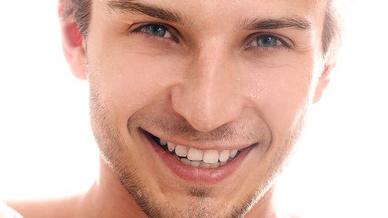 Vor und nach der fruchtbaren Phase wählt sie lieber Männer mit eher femininen Gesichtszügen. Das gilt auch, wenn Frauen nach einer langfristigen Beziehung Ausschau halten. Frauen halten diese Typen für gute Väter, vermuten Evolutionspsychologen
