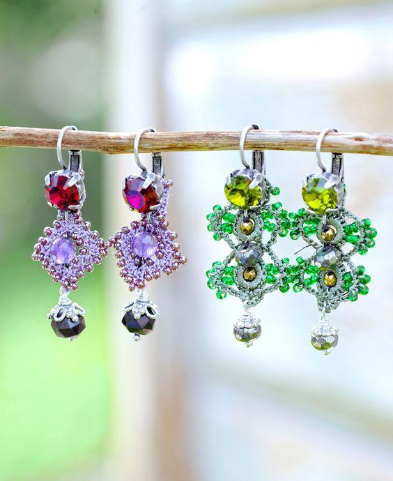 Oorbellen forest flower - Prachtige zilveren oorbellen, met de hand gehaakt door vrouwen in Turkije en daarna voorzien van steentjes.  Ze zijn er in twee soorten: een groene variant met een mosgroene Swarovski-kristal, pyriet, zilverhematiet en groene glaskraaltjes en een zwoele paars/rode set met een rode Swarovski-kristal, amethist en granaat. #happinez