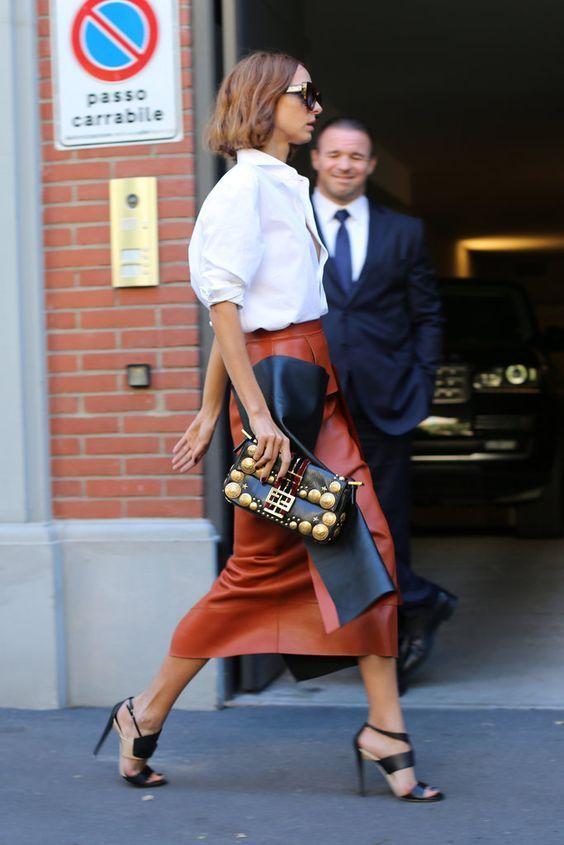 ブラウンのミモレ丈。素敵な40代の着こなし術♡アラフォー レザースカートおすすめコーデ術です。