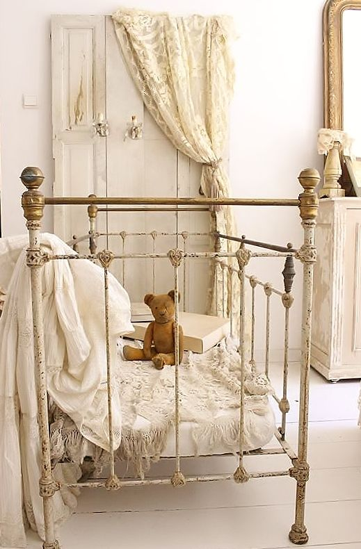 FRANS KINDERBEDJE / FRENCH BED   SOLD: