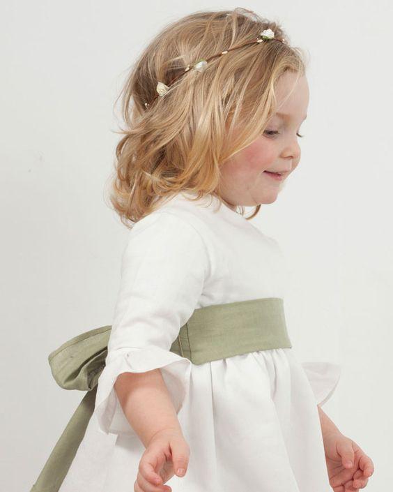 Vestido de ceremonia rita en lino blanco con lazo en verde seco. La manga campana es perfecta para entretiempo ¡Con bailarinas en verde verás qué mono queda!.