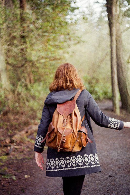 Mantel und Lederrucksack