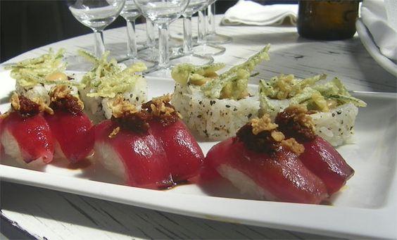Ya está aquí. Es la guía del sushi de la provincia de Cádiz, una lista con una veintena de sitios en los que comer este plato que está de moda. Desde 2013 el número de establecimientos dedicados a este producto en la provincia se ha duplicado. Coge los palillos y pincha aquí, es reportaje de domingo. http://www.cosasdecome.es/sin-categora/la-fiebre-del-arroz-blanco/#.U8t7LbEvg6B