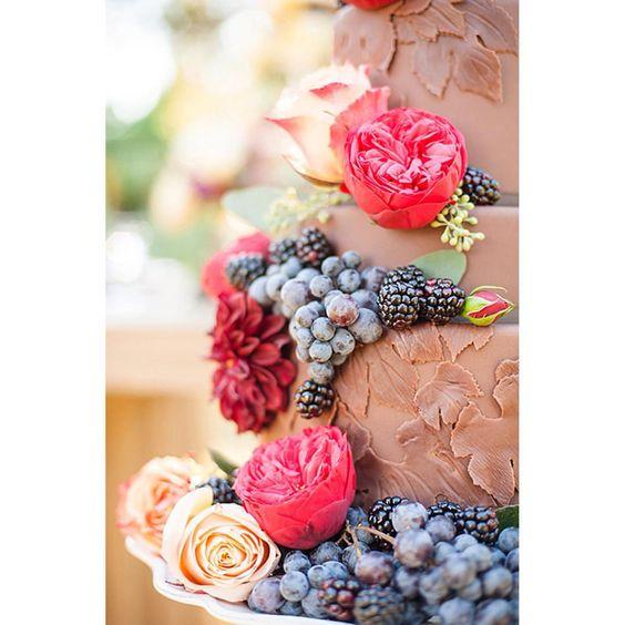 Ciocolata, fructe si flori Tort: @ThePastryStudio Foto: @LauraYangPhotography Flori: @Simply.Roses  Featured on: ONuntaSuperba.ro - blog de inspiratie pentru mirese  Here is a link to the post: http://www.onuntasuperba.ro/2015/09/ciocolata-fructe-si-flori/  #chocolate #cake #fruit #flowers #weddingcake #thepastrystudio #strictlyweddings #bride #cakeartist #cakedesigner