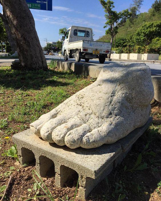 今日は暑過ぎず寒すぎずちょうど良いわ何か道端に謎の足がやたら置いてるけど by kawamurajumpei