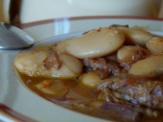 FABES CON RABO DE TORO  Ingredientes: 1 kg. de fabes asturianas de la granja 1,50 kg. rabo 2 cebollas 1 puerro 3 zanahorias 5 dientes de ajo 4 tomates maduros 1 hueso de jamón Aceite de oliva virgen extra Laurel Pimienta negra Vino blanco D.O. Montilla-Moriles Perejil Sal  Elaboración: El día antes de preparar el guiso, pondremos las fabes a remojo y aliñaremos el rabo troceado adobándolo con una pasta de ajo, perejil, sal y pimienta que habremos machacado en el mortero o con la picadora;