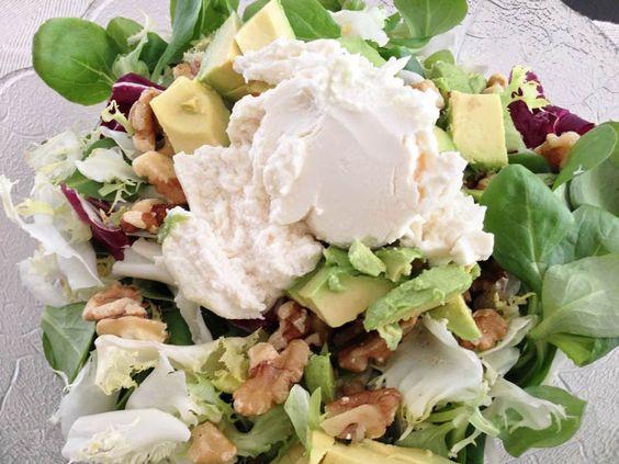Receta de Ensalada con queso de cabra, aguacate y nueces - 1 bolsa de mezclum de lechuga grande - 200 g de queso de cabra - 2 aguacates grandes (maduros pero aún firmes) - 100 g de nueces - 1 lima - 50 ml de vinagre de módena - 150 ml de aceite de oliva virgen extra - sal maldon