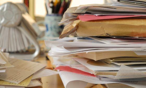 Il #clutter è un termine inglese usato per indicare l'accumulo di cose inutili, che non ci servono o non ci piacciono più ma che conserviamo senza una ragione. Esse generano #confusione e #disordine nella nostra casa e nella nostra vita. Tuttavia ci sono diversi modi per affrontarle e porvi rimedio!