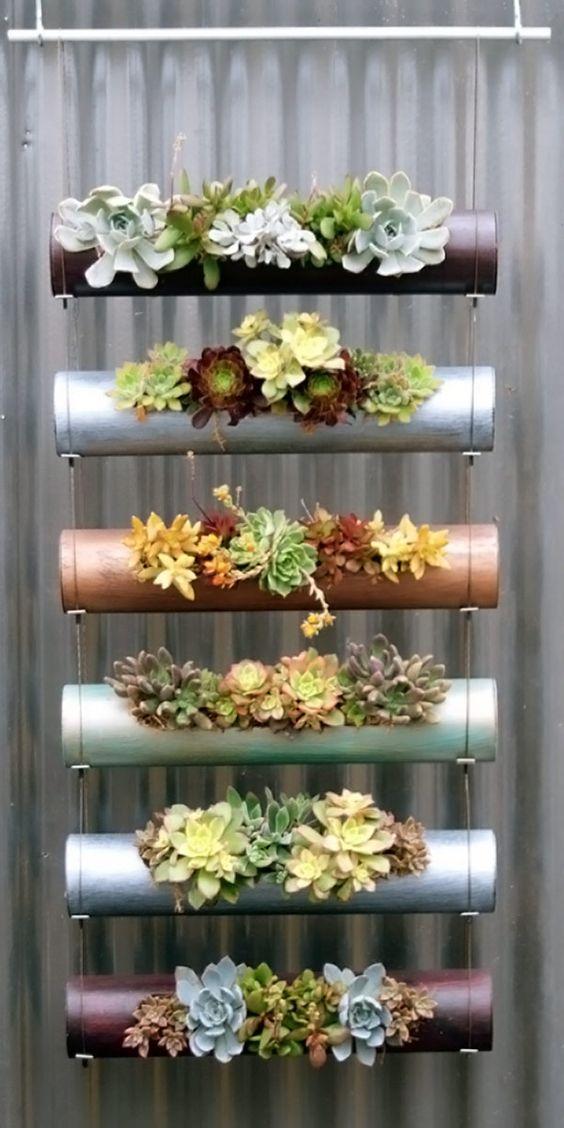 Nessa montagem de jardim vertical foram usados tubos cilíndricos industrializados. Você pode improvisar usando tubos de PVC.