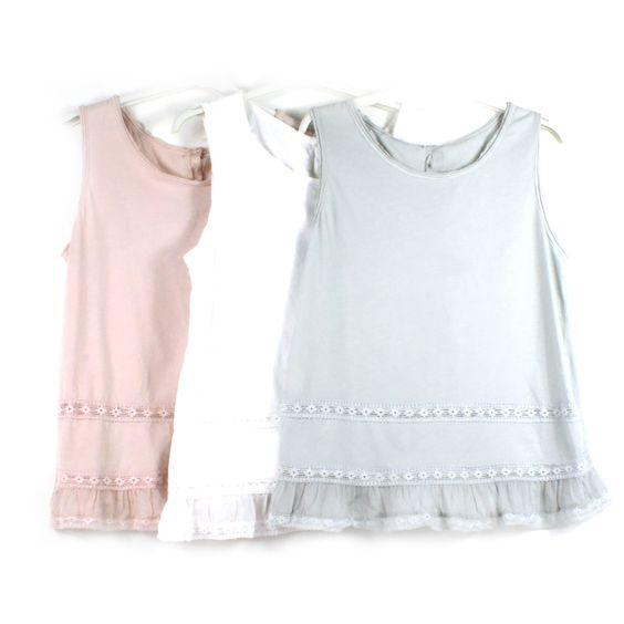 Camiseta de algodón con puntilla, y botones en la parte trasera. Talla única.