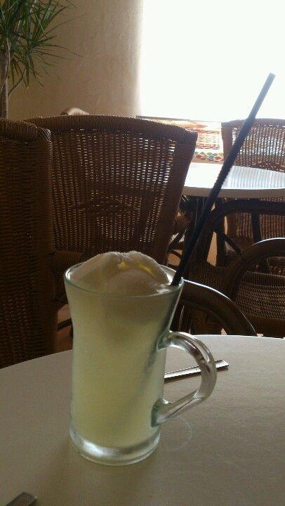 Canario ( granizado de limón con una bola de vainilla encima)