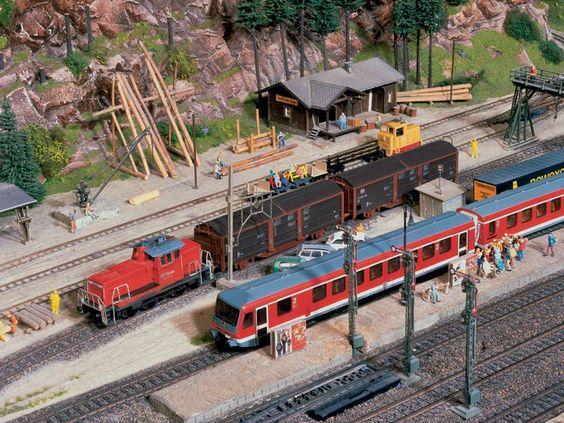 Während der Nahverkehrszug im Bahnhof Hermannsdorf auf die Abfahrt nach Schwarzburg wartet, werden auf dem Gleis daneben Güterwagen rangiert.