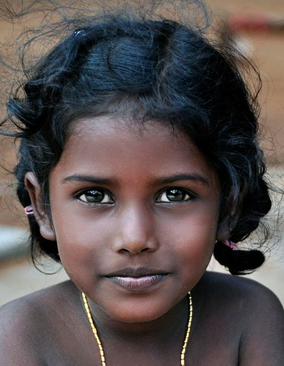 Quelle bellle enfant, on vois son coeur rire à travers son ses yeux. (Girl in India):
