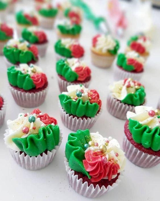 ¡Navidad para compartir! Y que mejor manera de hacerlo que con nuestros mini cupcakes navideños. 🎄🎅🥰 . . #postrespedacitodecielo #sweet #cupcakesnavideños #cupcakes #navidad #resposteriaartesanal #reposteriabasica #reposteriaartistica #resposteria
