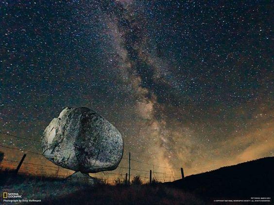 Sebuah batu seberat 40 ton berdiri tegak seolah jatuh dari langit. Batu tersebut berada di Colville Indian Reservation di Washington State.