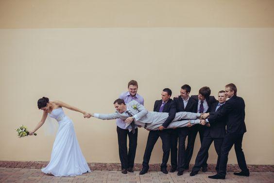 30 fotos incríveis de noivos e padrinhos para você copiar: