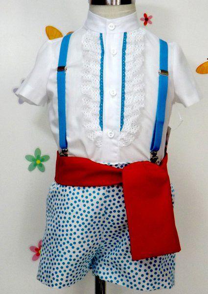 Traje de gitano flamenco para niño compuesto de pantalón en popelín blanco forrado con lunares turquesa y camisa de batista blanca con chorrera en encaje blanco y punta de bolillos turquesa. Fajín rojo a juego. Tirantes no incluidos en el precio, puedes encontrarlo en nuestra sección de complementes, al igual que la gorra o boina a juego.