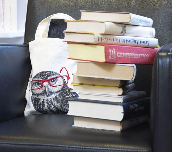 Die besondere (Geschenk-)Verpackung für Bücher! Schützt zugleich vor Eselsohren und Verschmutzung. Mit hochwertiger Stickerei auf 100%iger robuster Baumwolle.