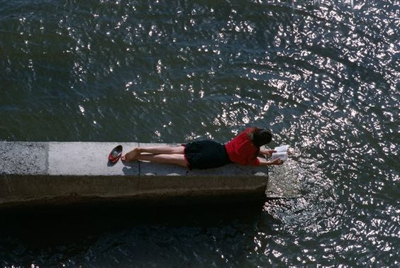 Summer reading, Paris, 1988. Photography by Bruno Barbey
