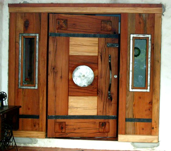 Puerta principal de roble r stico con plato de fierro for Ver disenos de puertas de fierro
