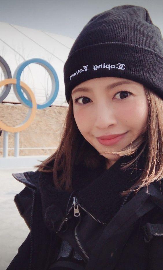 黒い帽子をかぶっている五輪マークと映る片瀬那奈の画像