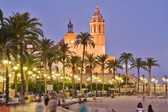 Sitges, en la provicia de Barcelona, es uno de los pueblos más turísiticos de…