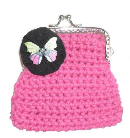 Porta moedas feito em linha barbante na cor rosa chock. A decorar tem um fuxico preto com uma borboleta em madeira a decorar. Fecha com o chamado fecho da avó. Ideal para guardar moedas ou pequenos cartões.  Tamanho aproximado: 8cm x 9cm Preço: 3€