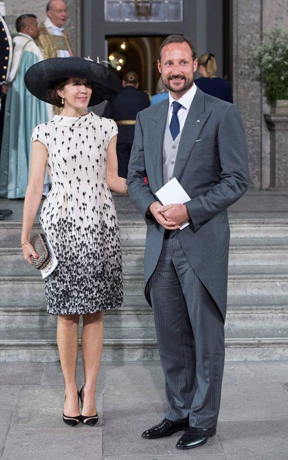 Pin for Later: Die einflussreichsten und modischsten Frauen der Welt schwören auf dieses Kleid Prinzessin Mary von Dänemark In einem monochromen Etuikleid mit einem Print als Blickfang - modisch, aber nicht zu gewagt zugleich.