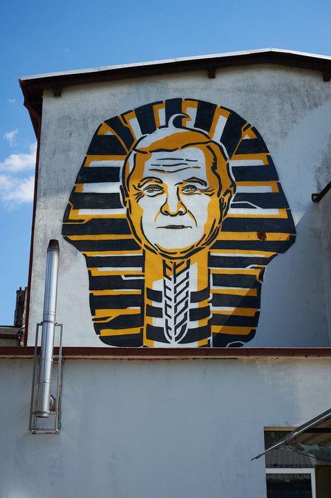 Karol Wojtyła w żydoskim bereciku posoborowym ukazał się (z ogonkiem)  uczniowi ASP w Gdańsku, Mariuszowi Warasowi, któremu udało się przenieść w muralu egipski uśmiech Giocondy z Luwru na mur A z centrum twórczości WL4 im . Powidoków Strzemińskiego: