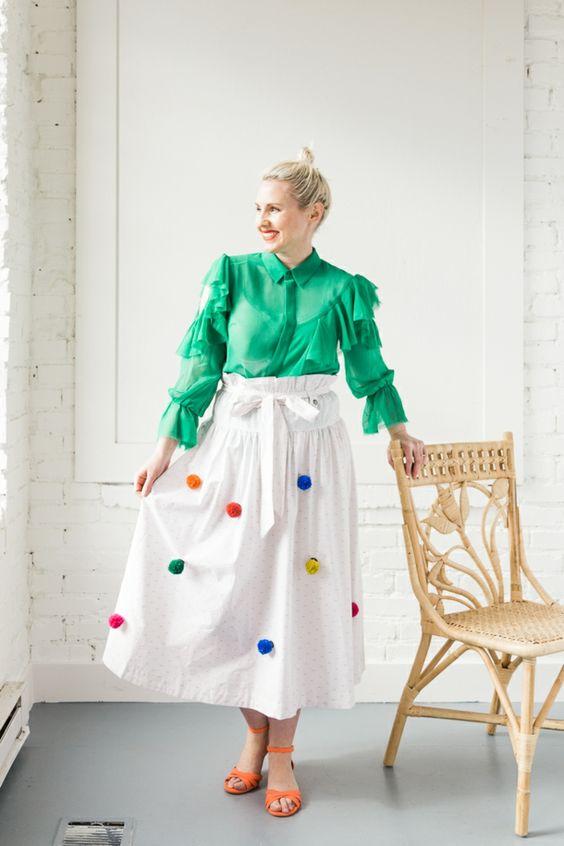 falda-blanca-de-algodón-decorada-de-pompones-pequeños-DIY-en-verde-naranja-azul-y-amarillo-como-hacer-pompones-de-lana-faciles