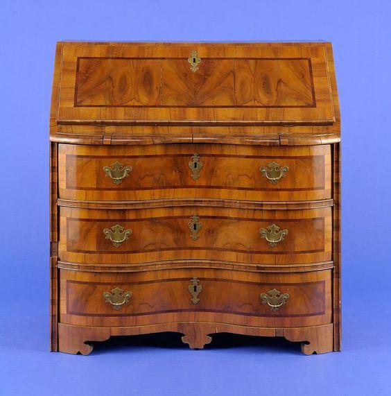 Schreibkommode Dreischübiger, frontal geschweifter Korpus. Schreibklappe. Innen mit sechs Schüben. — Skulpturen, Möbel, Kunsthandwerk