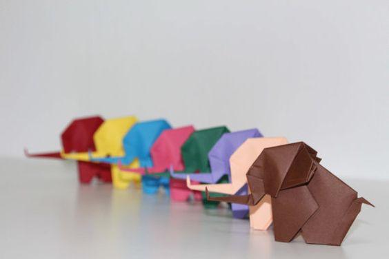 Origami papier éléphant - 10 Unique couleur Origami éléphants en dessous de couleurs  1. brun 2. dark Green 3. vert clair 4. bleu 5. bleu ciel 6. violet 7. rouge 8. Rose 9. lumière rose 10 jaune  -Chaque éléphant est soigneusement pliée dans un papier de 20 x 20 cm origami qui les rend très robuste à la main -Chacun dentre eux mesurent 3,5 x2.75 [tronc à lextrémité de la queue]  Ils sont parfaits pour faire un mobile en origami, les mariages, des faveurs de cadeau, décoration de la chambre…