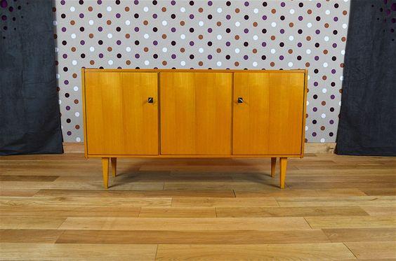 Enfilade Design Vintage Rétro en Bois Blond Année 1960 Elle ouvre par 3 portes et possède ses 2 clés. L'enfilade est en très bon état. Dimensions: Longueur 135 cm / Hauteur 75 cm / Profondeur 36 cm. Référence:A1805