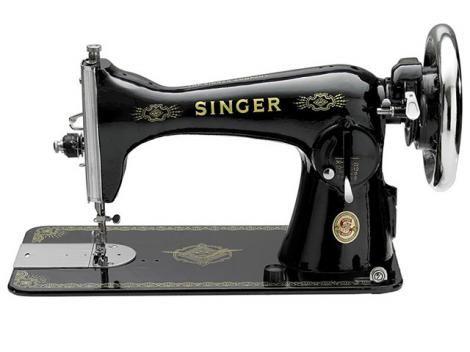 Máquina de Costura Singer   Máquina de costura mecânica de uso doméstico Singer.  Possui costura reta, base plana, rebaixador dos dentes para quiltar e bordar, comprimento do ponto ajustável e alavanca de retrocesso.