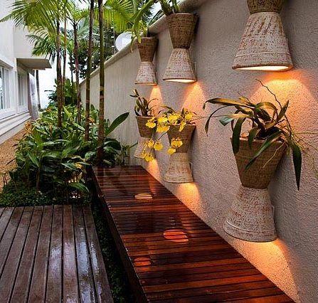 Vasos sobre vasos com lâmpadas embutidas.: #luminarias #plantas #vasos