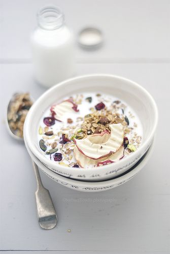 granola with quinoa, cranberries, pistachios and crispy apple chips www.pane-burro.blogspot.it