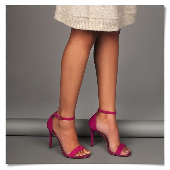 A cor da sandália faz toda diferença na hora de criar looks marcantes…