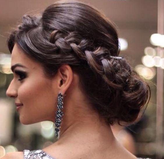 Penteados para mães de noivos com trança embutida e longas