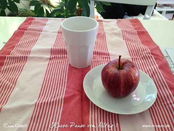 Wie wär's mal mit einem Schreibtisch-Picknick?!  Das geht ganz einfach: Kleine Tischdecke … ein Küchentuch oder eine Serviette tun's auch … der Lieblingstee und was Leckeres zu essen … Fertig!
