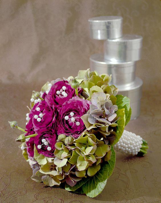 Perlennadeln für den Brautstrauß - Mit ein paar Perlen gibt man jedem Accessoire der Hochzeit einen edlen Charakter. Jene für Dekozwecke gibt es mittlerweile in jeder erdenklichen Farbe und Größe zu kaufen. Generell sind sie mit einem Loch versehen, so dass man sie vielseitig einsetzen kann.