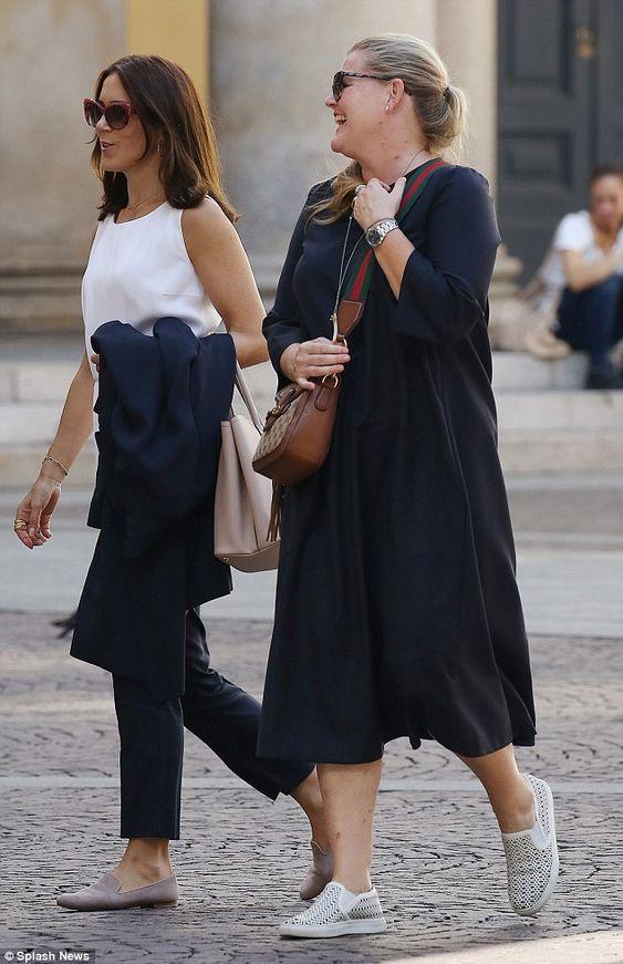 Foro Hispanico de Opiniones sobre la Realeza: La princesa Mary de compras en Milán la semana pasada