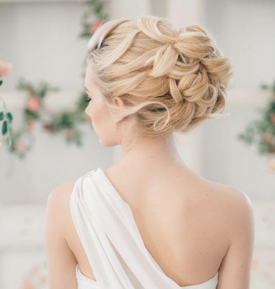 coiffure-mariage-cheveux-long-attachés-chignon-ondulé-frange-arrière