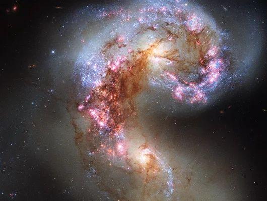 Trancada em um abraço mortal - Duas galáxias treinar com o outro