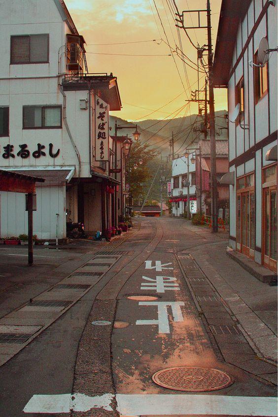 雨の夕暮れ時のわびさびある路地裏
