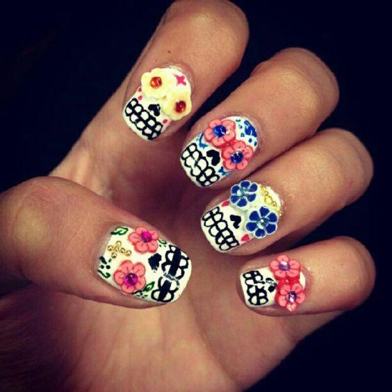how freakin C U T E... Dia de los Muertos nails!