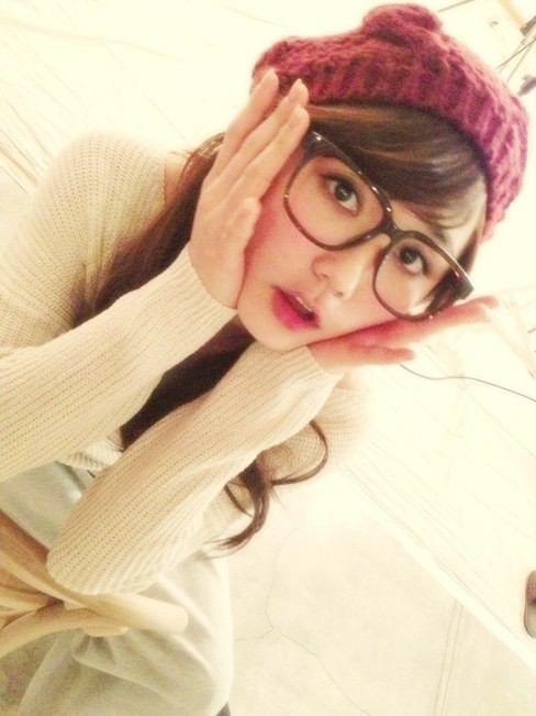 赤色のニット帽を被りメガネをかけている鈴木友菜